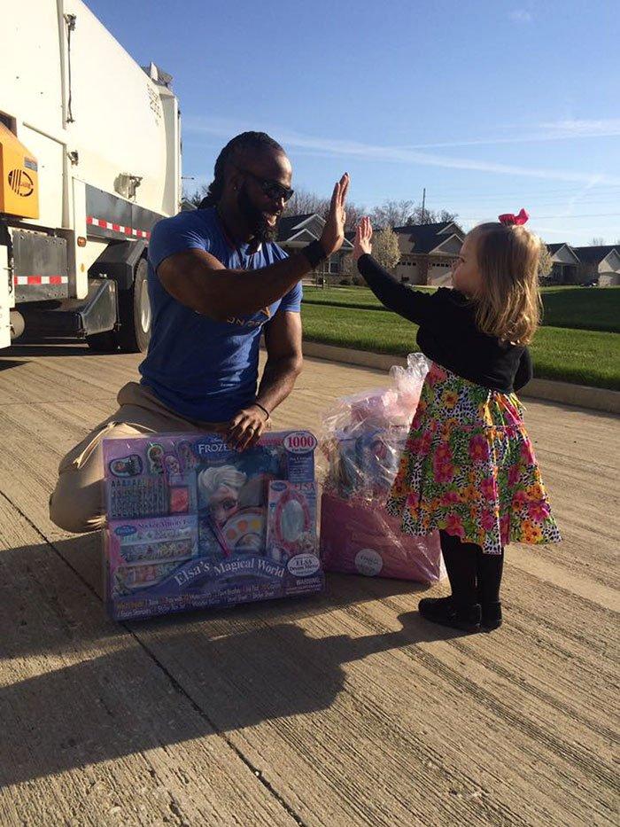 garbage-man-girl-birthday-gift-cupcake-delvar-dopson-brooklyn-9
