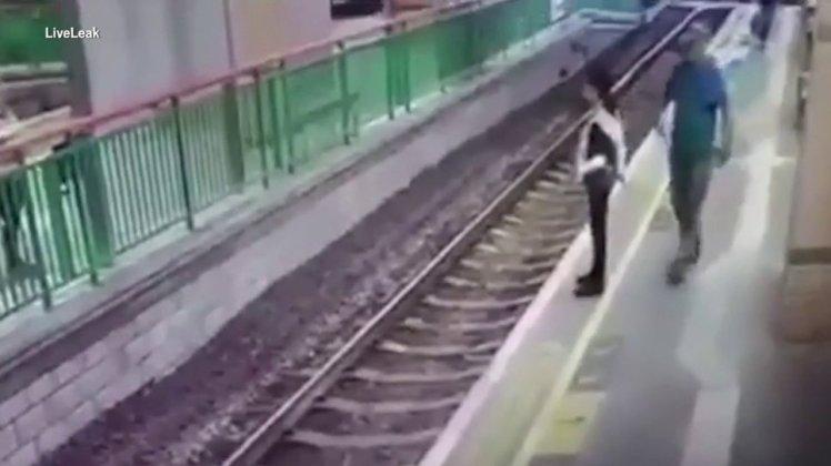 線路に突き落とされた女性