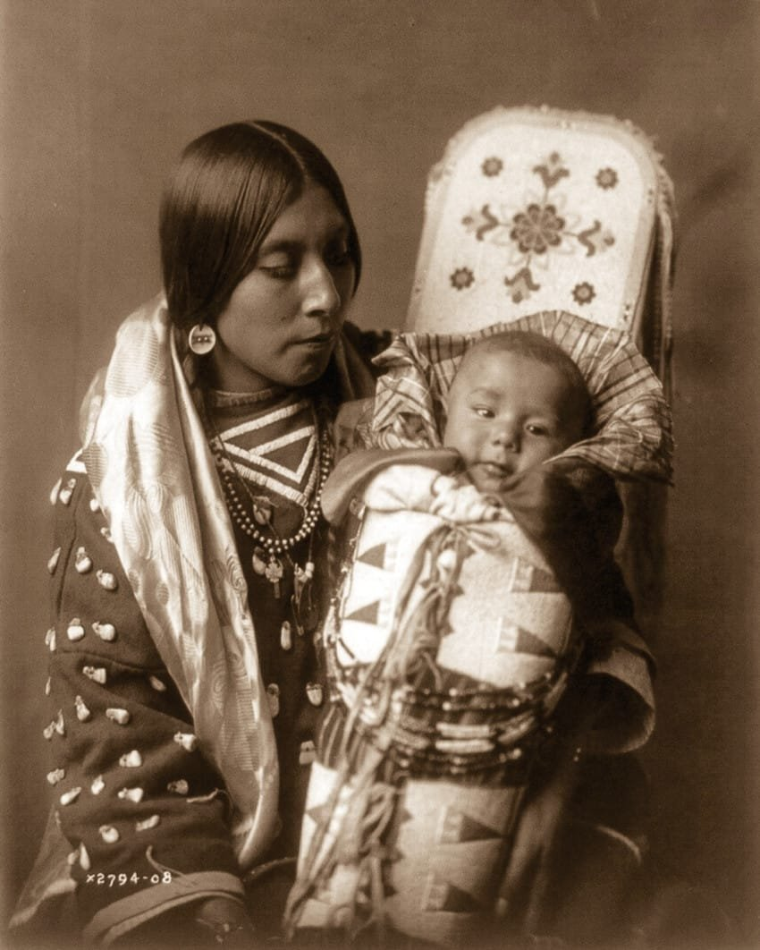 a-mother-and-child-of-the-crow-tribe-in-1908