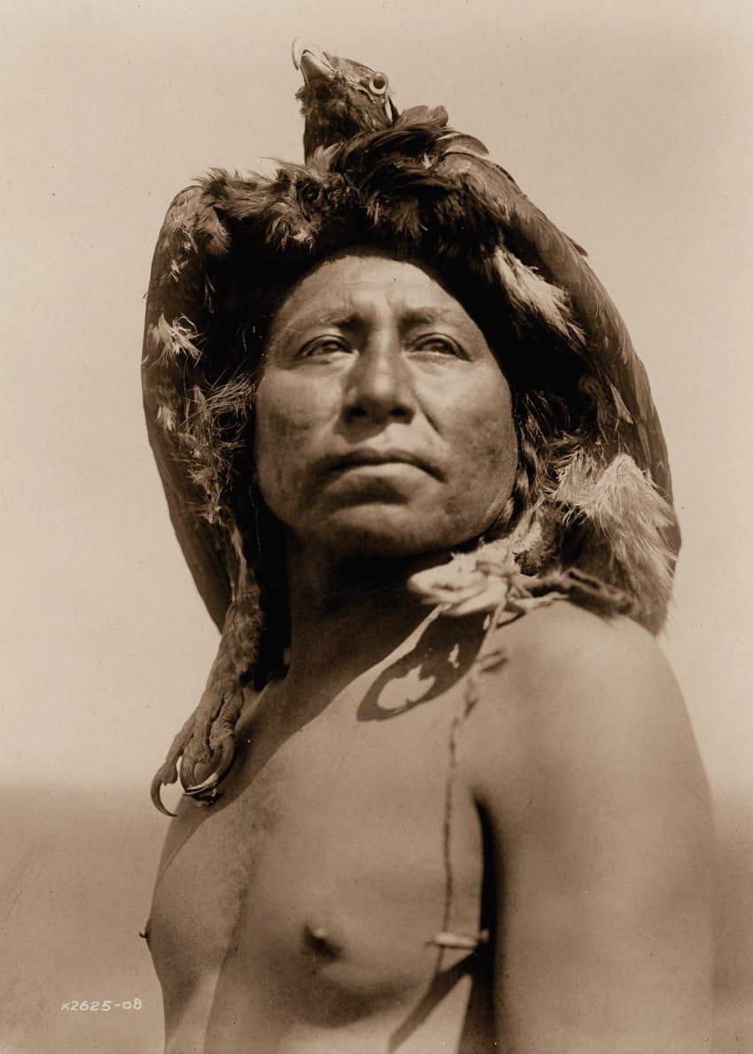an-apsaroke-shaman-in-1908