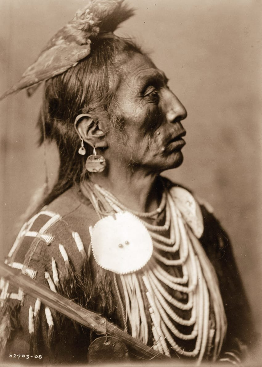 medicine-crow-of-the-apsaroke-tribe-in-1908