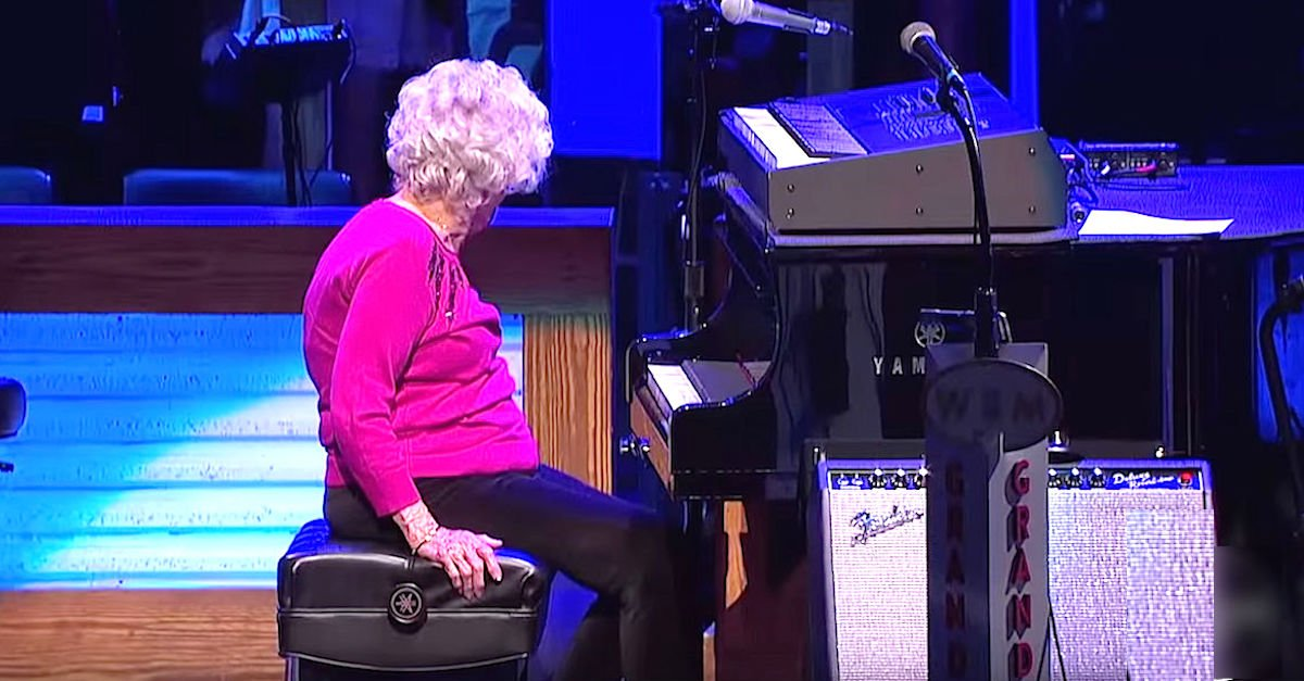 grandma2.jpg?resize=412,232 - 98-Year-Old Grandma Played At Grand Ole Opry And Received Standing Ovation