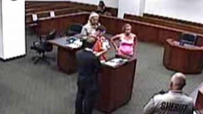 judge allows emotional moment 412x232.jpg?resize=412,232 - Judge Called An Inmate Back To The Courtroom To Allow Him To See His Baby For The First Time