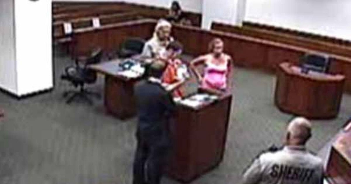 judge allows emotional moment.jpg?resize=1200,630 - A Rare Sight Happens When Judge Calls An Inmate Back To Her Courtroom.. What An Emotional Moment!