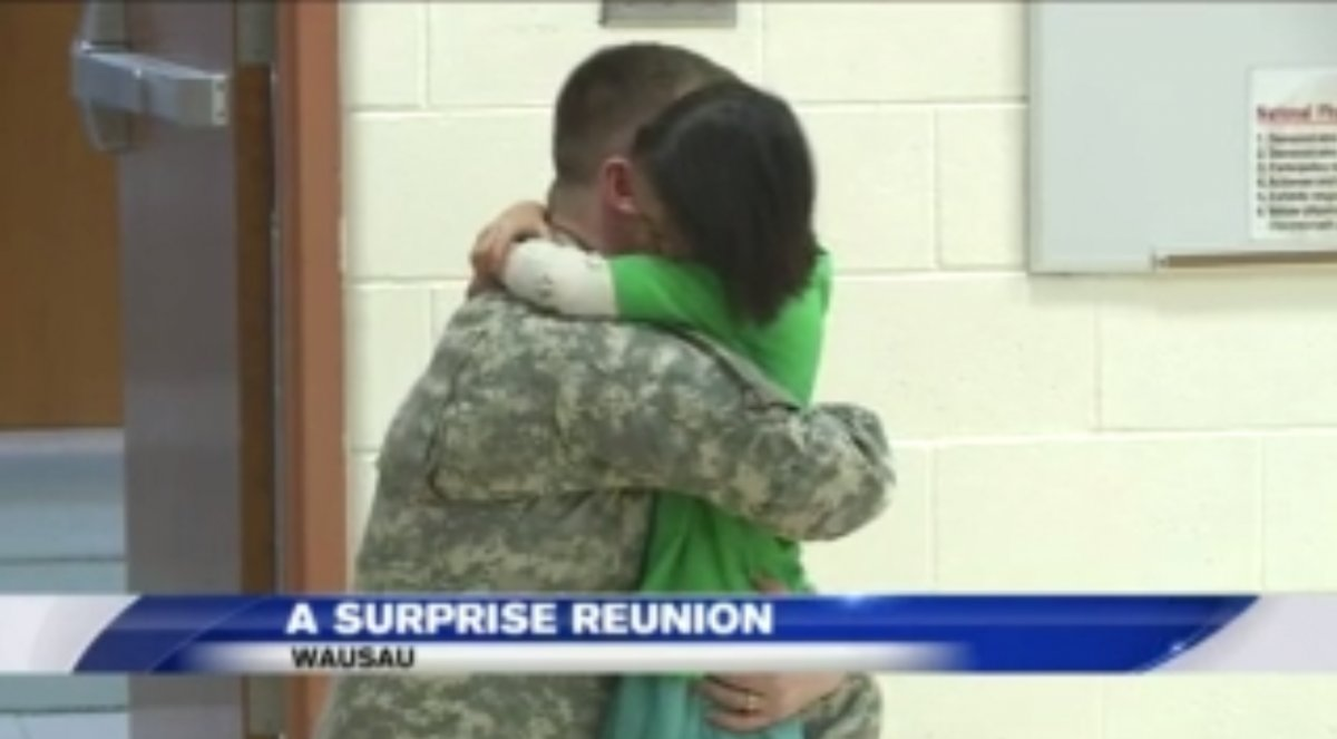 soldier father daughter school e1484888424684.png?resize=1200,630 - Soldier Father Surprised His Daughter At School After Returning Home