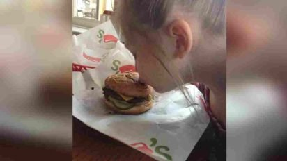 arianna chilis hamburger kindness 412x232.jpg?resize=412,232 - Little Girl With Autism Refused To Eat Her 'Broken' Meal, Waitress Made Time To Make Sure She Was Happy