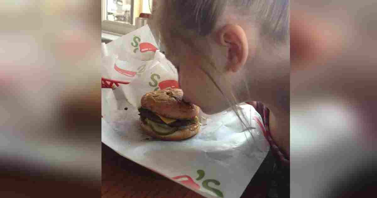arianna chilis hamburger kindness.jpg?resize=1200,630 - Little Girl With Autism Refused To Eat Her 'Broken' Meal, Waitress Made Time To Make Sure She Was Happy
