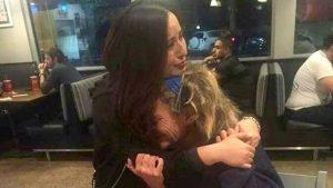 emotional hug homeless woman 4 300x169 - Une femme SDF fond en larmes dans les bras d'une inconnue.