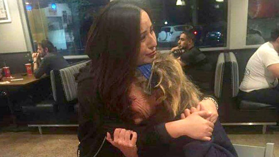 emotional hug homeless woman 4.jpg?resize=1200,630 - Une femme SDF fond en larmes dans les bras d'une inconnue.