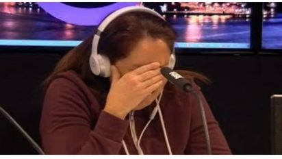 poor mom shows kindness 412x232.jpg?resize=412,232 - Mom Breaks Down When She Has To Make This Life-Changing Decision On Air