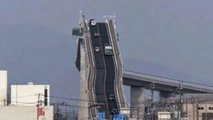 thhh 300x169 - [VIDÉO] Voici le pont le plus effrayant du monde: il donne le vertige!