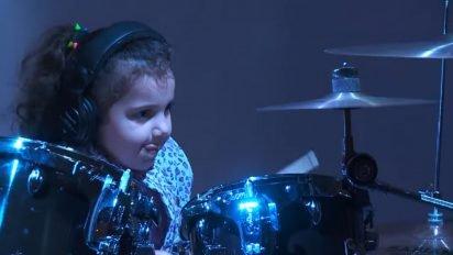 young drummer on stage 1 412x232 - Baterista de 5 anos de idade impressiona a audiência com suas habilidades