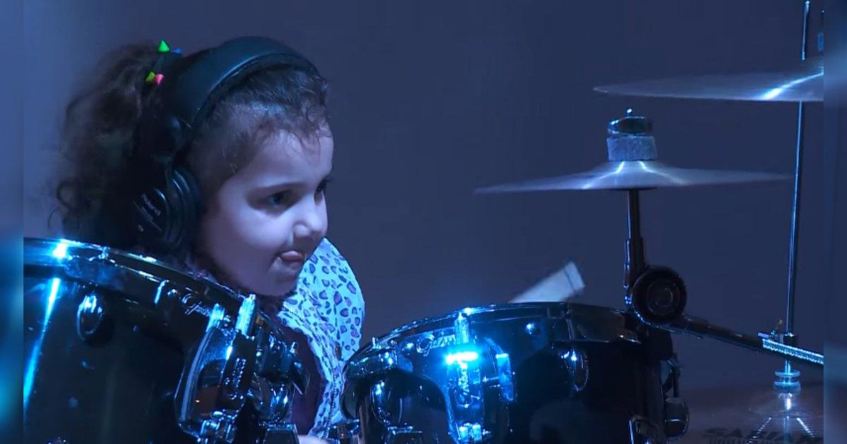 young drummer on stage 1.jpg?resize=1200,630 - Baterista de 5 anos de idade impressiona a audiência com suas habilidades