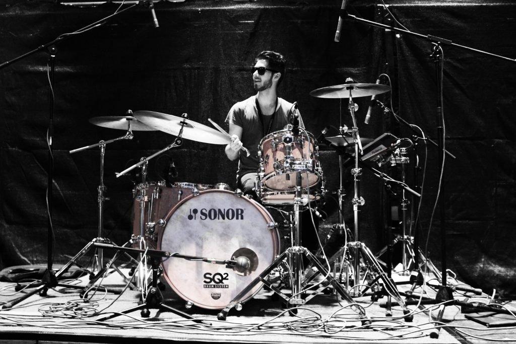 jovem baterista-no-palco-2