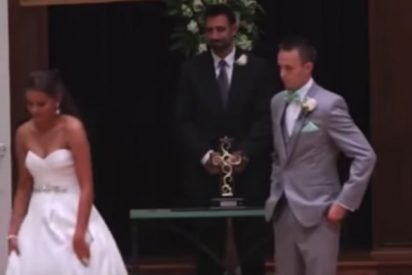 brde 412x275.jpg?resize=412,275 - Loving Bride Walked Away From Groom to Recite Wedding Vows in ASL