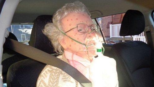 e18489e185b3e1848fe185b3e18485e185b5e186abe18489e185a3e186ba 2017 03 06 3 41 26 pm.png?resize=1200,630 - 路上で酸素呼吸器をつけたまま遺体として発見された老女の正体