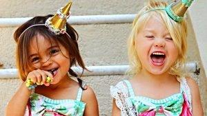 83fb5851 e149 41e1 8d38 bc3a3bd01bf3 format jpeg inline yes 300x169 - Top 16 des choses qui arrivent si tu as rencontré ta meilleure pote dans l'enfance !