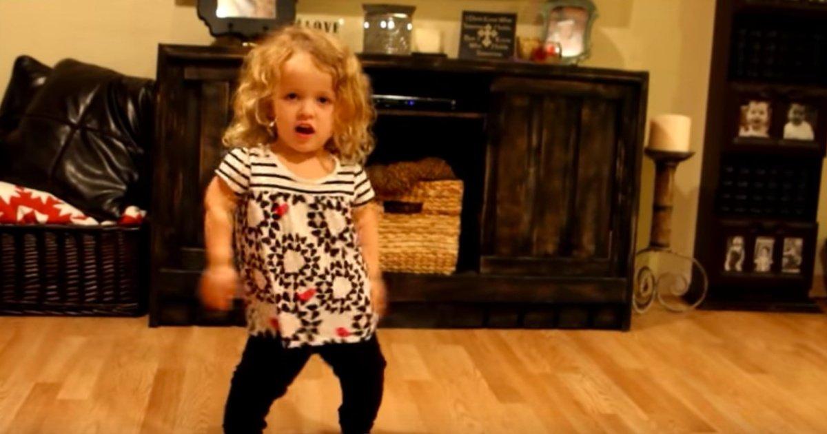 do a little dance for dwarfism awareness month  october  smiles from rilee on facebook   youtube.jpg?resize=1200,630 - Cette petite fille atteinte de nanisme danse pour la bonne cause et c'est ADORABLE