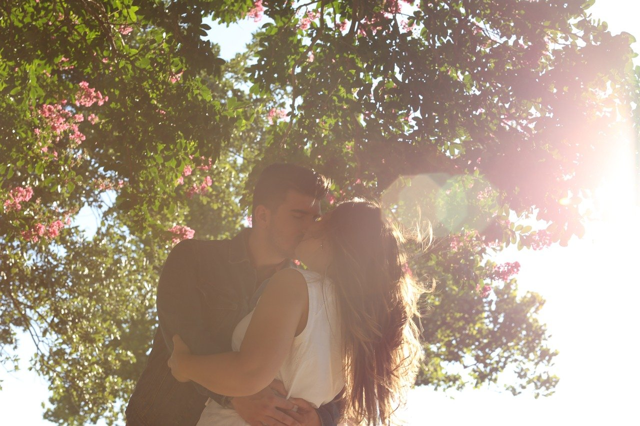 kissing 1149918 1280.jpg?resize=1200,630 - キスする時、頭を「右」に傾けますか?それとも「左」に傾けますか?