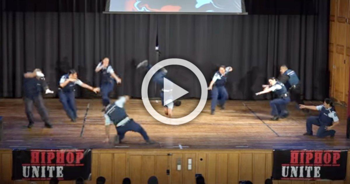 nzcops.png?resize=648,365 - 9 policiers surprennent tout le monde avec une danse hip-hop incroyable !
