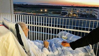 on vous donnelacc82ge 6 412x232.png?resize=412,232 - Une infirmière enfreint les règles de son hôpital pour offrir à ce patient mourant un dernier voeu !