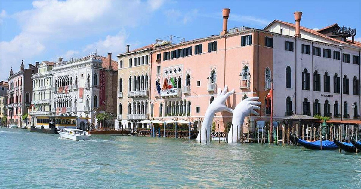 sans titre 7 4.jpg?resize=1200,630 - A Venise, des mains géantes sortent de l'eau pour sensibiliser au réchauffement climatique