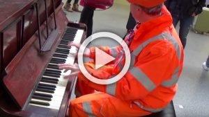 workman stuns audience with his piano skills   youtube 1 300x169 - Cet ouvrier s'assoit devant un piano et surprend tout le monde… Son talent va vous éblouir !