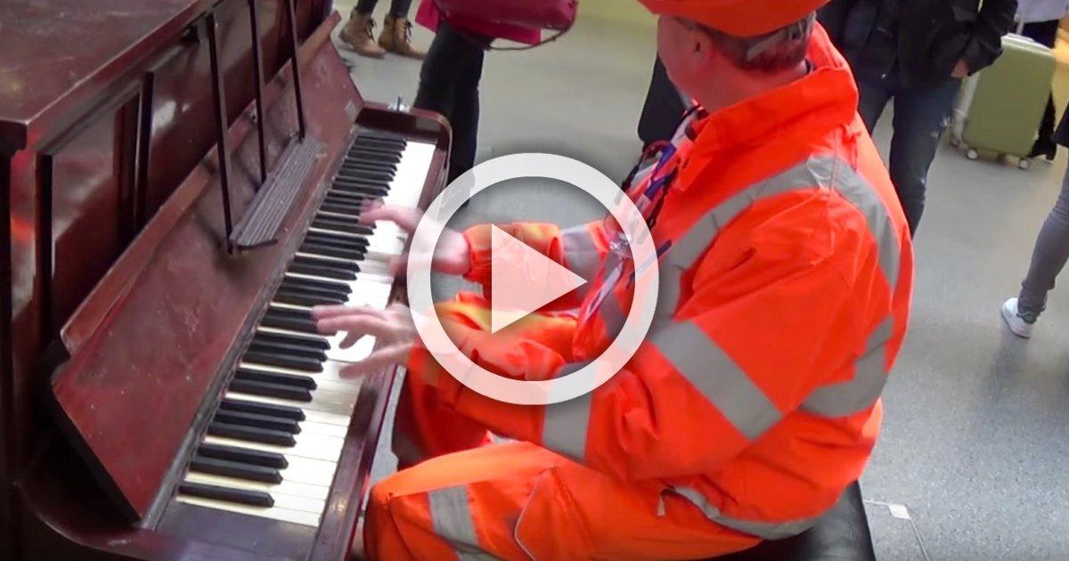 workman stuns audience with his piano skills   youtube 1 - Cet ouvrier s'assoit devant un piano et surprend tout le monde… Son talent va vous éblouir !