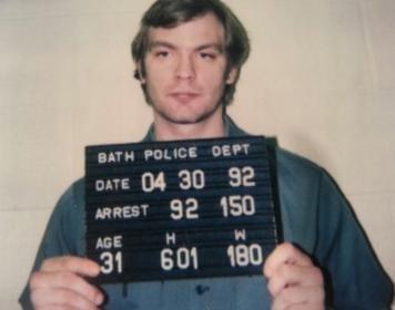 jeffrey dahmer bath twp police 1992 mugshot 300x236 - 10 personnes qui ont survécu à des situations de films d'horreur