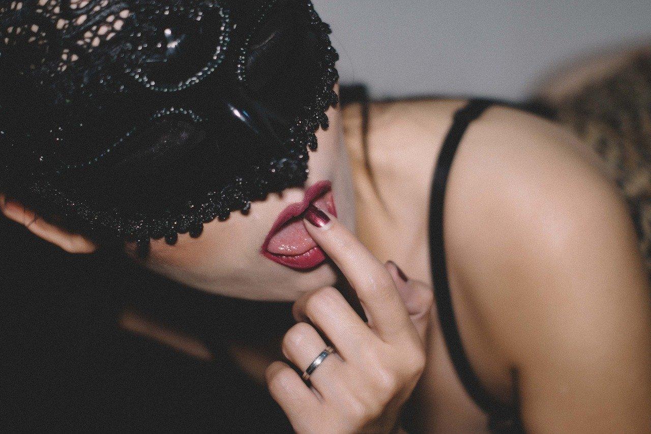 lick 2378544 1280.jpg?resize=300,169 - セックスの時に女性を興奮させる男性の行動ランキング7