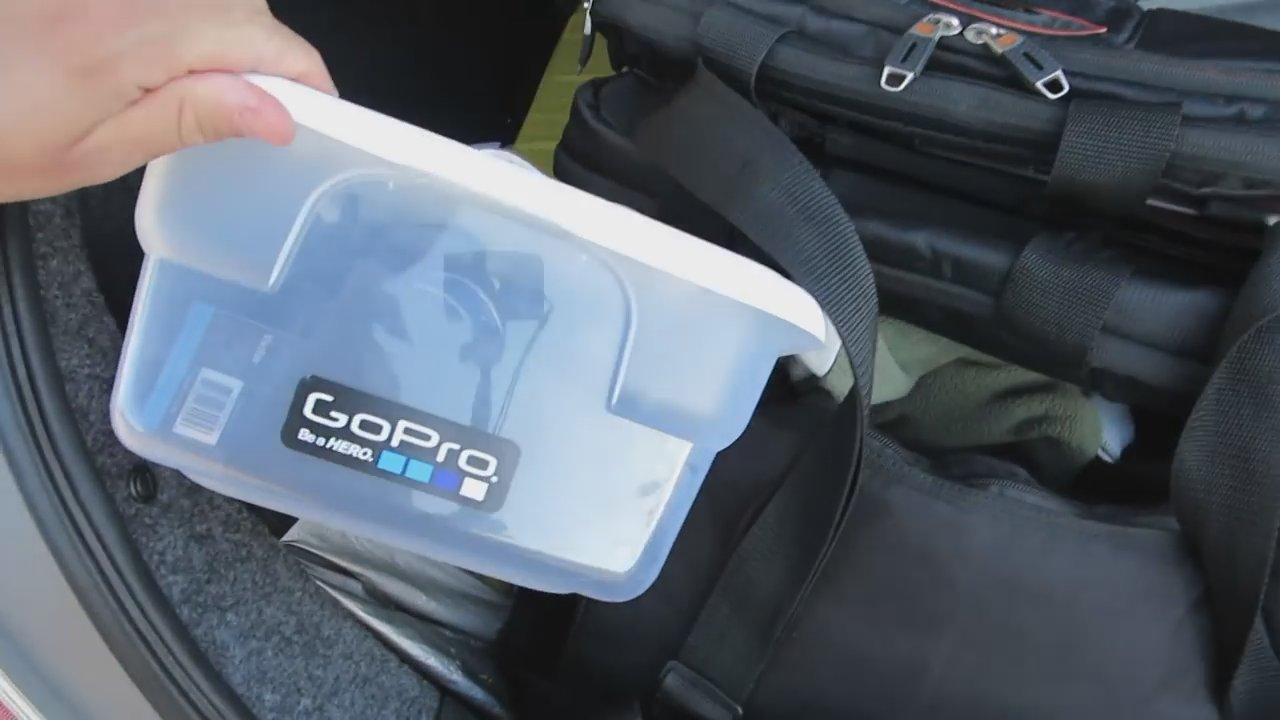 Weston a même apporté une boîte complète et un sac de matériel photo pour filmer l'événement!