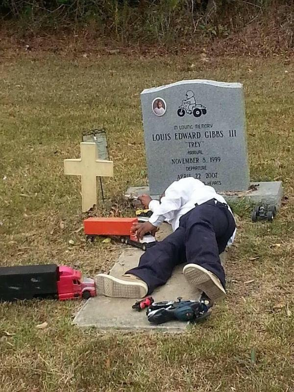 bzg rcbccaifive - 먼저 떠난 동생과 놀기 위해 매일 '묘지' 찾아가는 형