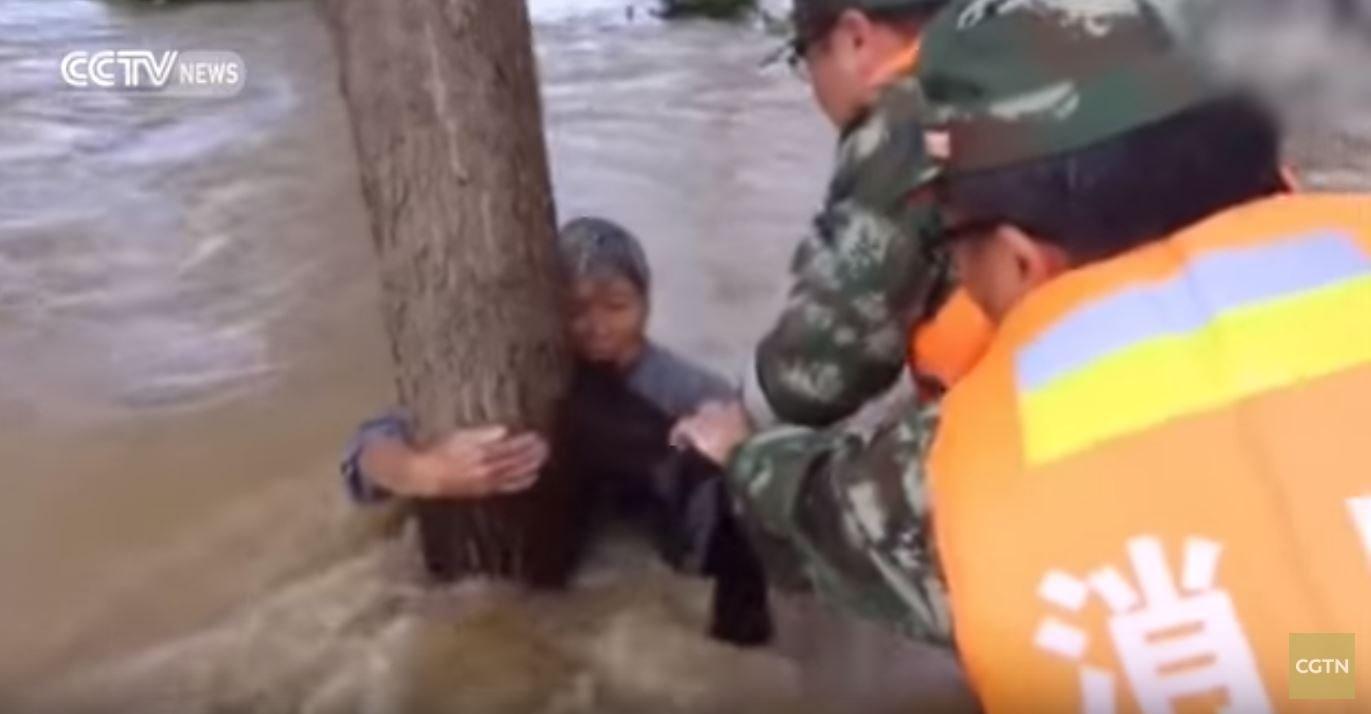 cgtn - 홍수 속 아내를 구하고 물살에 휩쓸려 사라진 할아버지