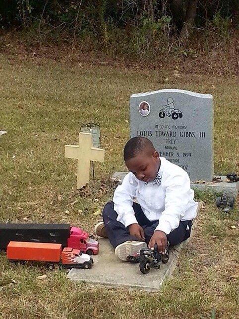 tumblr ncxjb7szp31s8rg6yo1 500 - 먼저 떠난 동생과 놀기 위해 매일 '묘지' 찾아가는 형