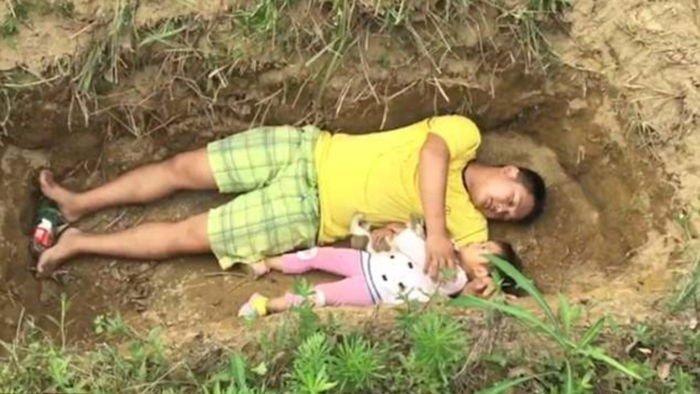 zhang article cover.jpg?resize=412,275 - '시한부' 어린 딸을 위해 매일 함께 '무덤자리'에 눕는 아버지의 사연