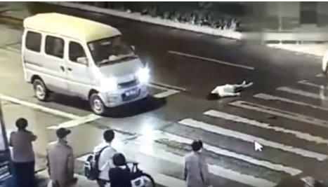 Youtube 'Nicole Hao'-교통사고로 쓰러진 여성을 보고만 있는 시민들