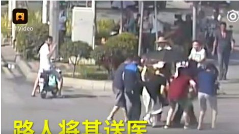 Pearvideo-쓰러진 경찰관과 그를 돕는 시민들의 모습1