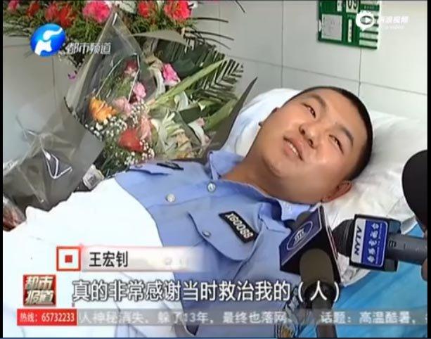 SinaVideo '河南都市频道'-기력을 회복한 경찰관