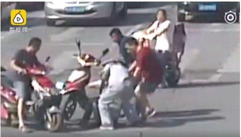 Pearvideo-쓰러진 경찰관과 그를 돕는 시민들의 모습2