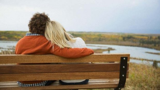couple on bench - 알면 알수록 '매력적이고 멋진 남자' 구별하는 8가지 방법!
