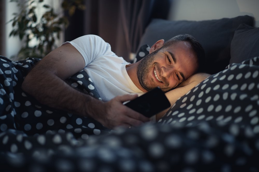 depositphotos 133671782 m 2015 - 매일 밤 습관처럼 스마트폰 봤는데... '안구암'으로 사망한 남성