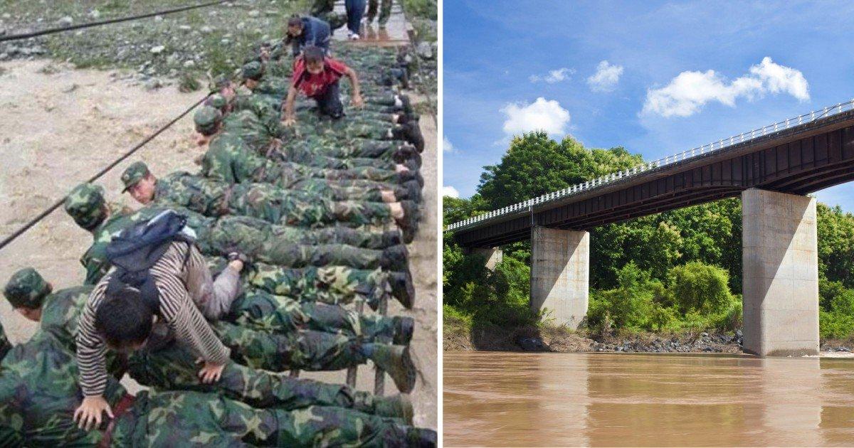 dreamstime - '홍수'로부터 아이들을 지키기 위해 '인간 다리'가 된 군인들