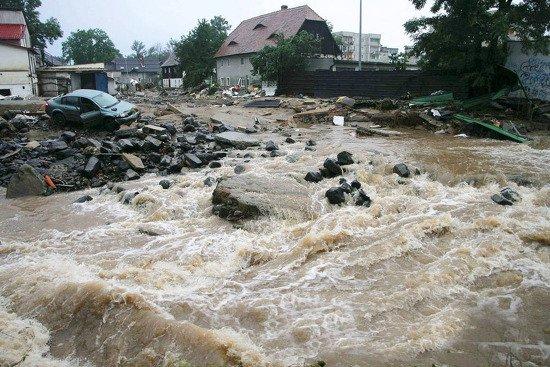 tistory 1 - '홍수'로부터 아이들을 지키기 위해 '인간 다리'가 된 군인들