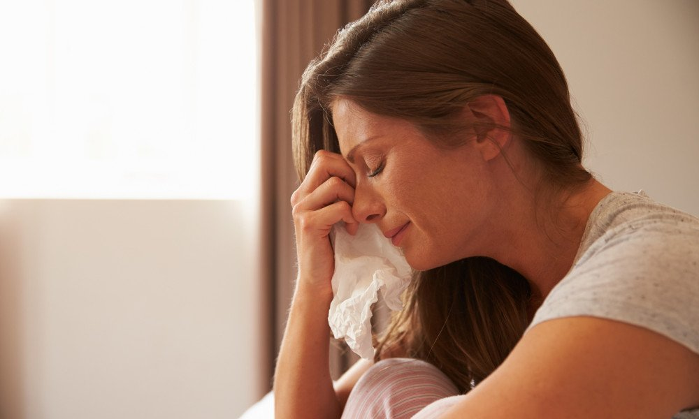 woman crying tissue 1000x600 - 8년 동거한 전여친 낙태시키고 다른 여자와 '사기결혼'한 뻔뻔男