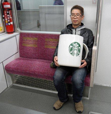 150346341359321.jpg?resize=300,169 - 花8萬買下「巨無霸星巴克杯」,他滿懷期待捧著它去買咖啡,沒想到「店員竟然直接跟他說...」