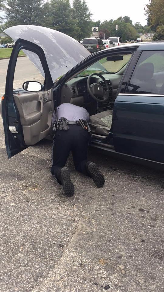 policia arreglando auto