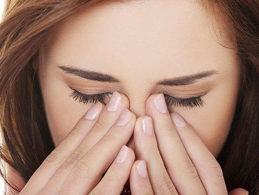 4 woman rubbing and massaging tired eyes shutterstock 194910800 506x380 tcm2046 1109028 - 눈 앞부분을 '꾹꾹' 누르면 '쩍쩍' 소리가 나는 이유