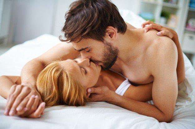 "couple in love kissing in the bed 1098 277 - ""여자친구와의 잠자리가 무서워요"" 성관계 두려움 느끼는 '섹스 공포증'"
