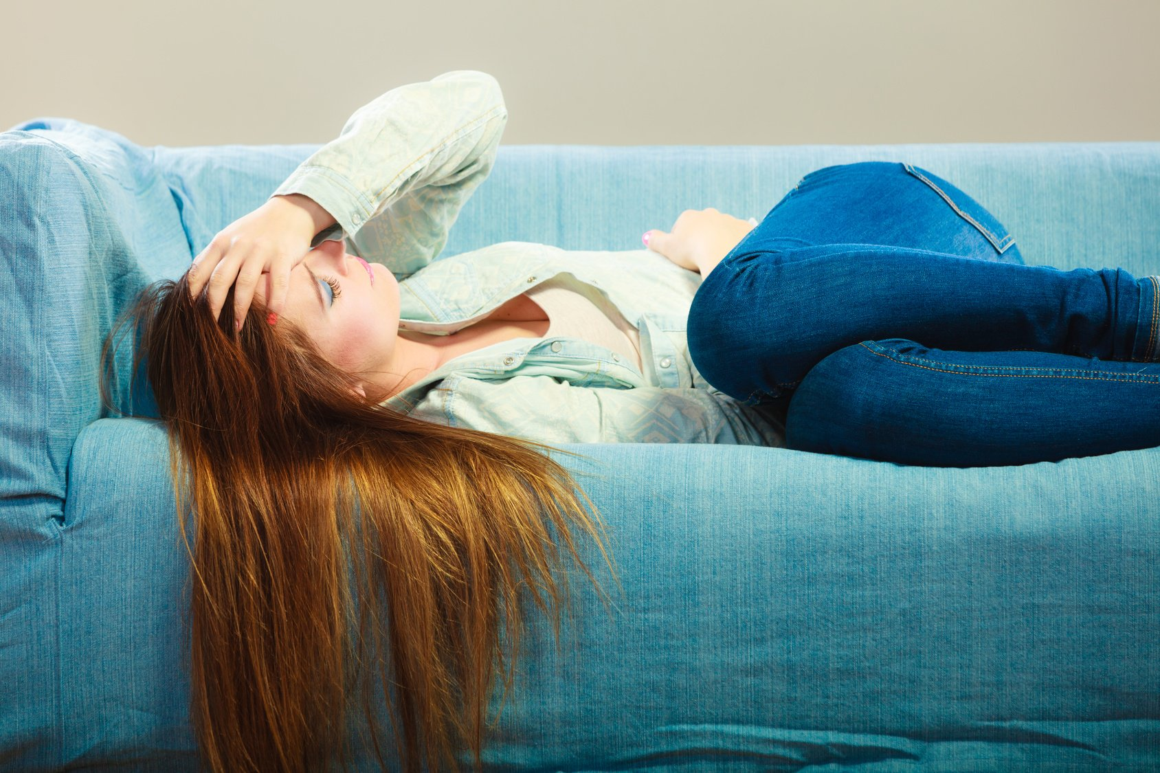 lethargic woman on couch powerofpositivity - 연인에게 '중독'된 당신에게 나타나는 위험 신호 8가지
