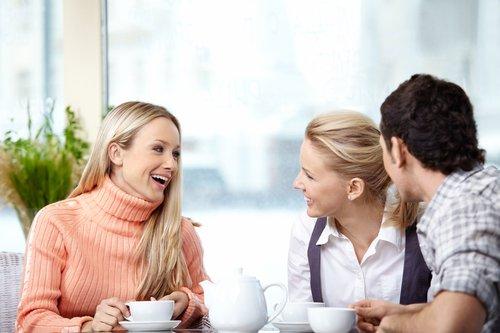 woman talking to friends mothers circle - 연인에게 '중독'된 당신에게 나타나는 위험 신호 8가지